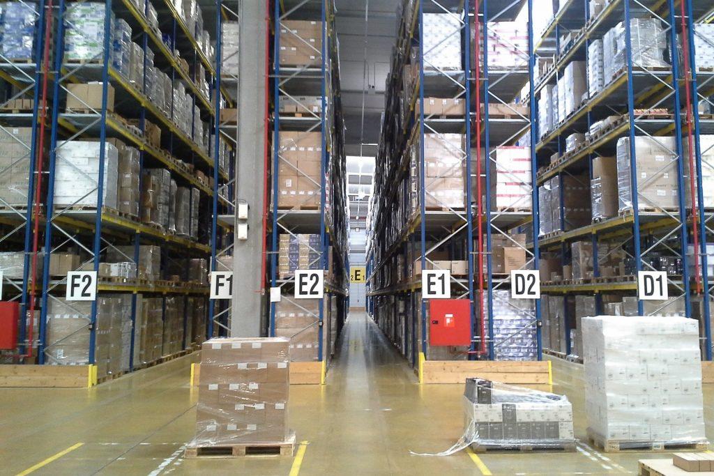 E-fulfillment magazijn met goederen